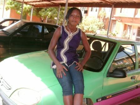 Au Burkina, Biba, l'unique femme chauffeur de taxi à Ouagadougou