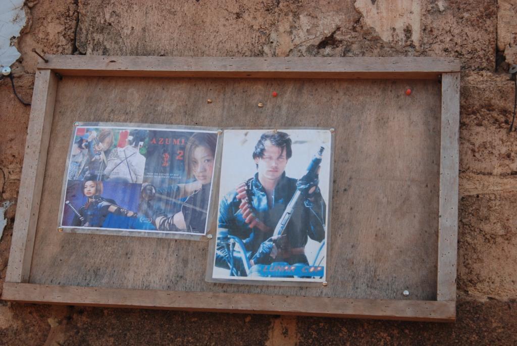 Programme de films dans un vidéo-club d'un quartier de Ouagadougou. Séance de 19 heures et 20 heures