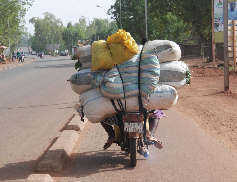 La lutte des femmes pour faire vivre leurs familles se voient sur les routes de Ouagadougou