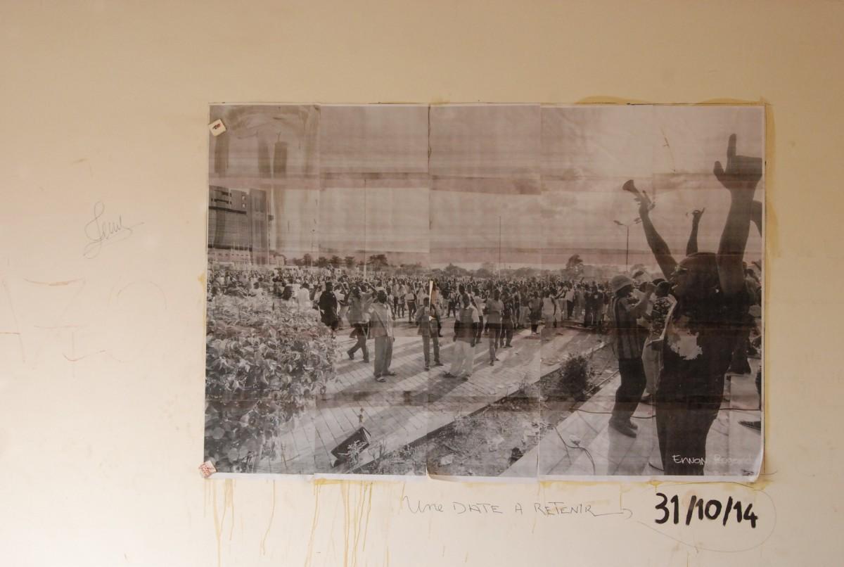 Une photo géante de manifestants célébrant le départ de Blaise Compaoré