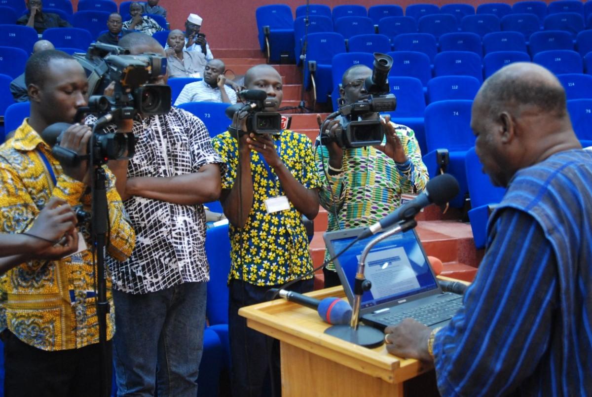 Le député, journaliste Jean Hubert Bazié devant ses pairs a défendu le projet et ne s'est pas opposé aux lourdes amendes (ph. Boukari Ouédraogo)