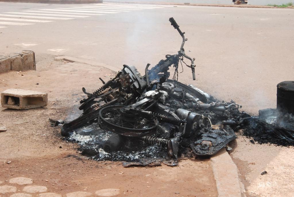 Une moto brûlé par des militaires du RSP selon des témoins