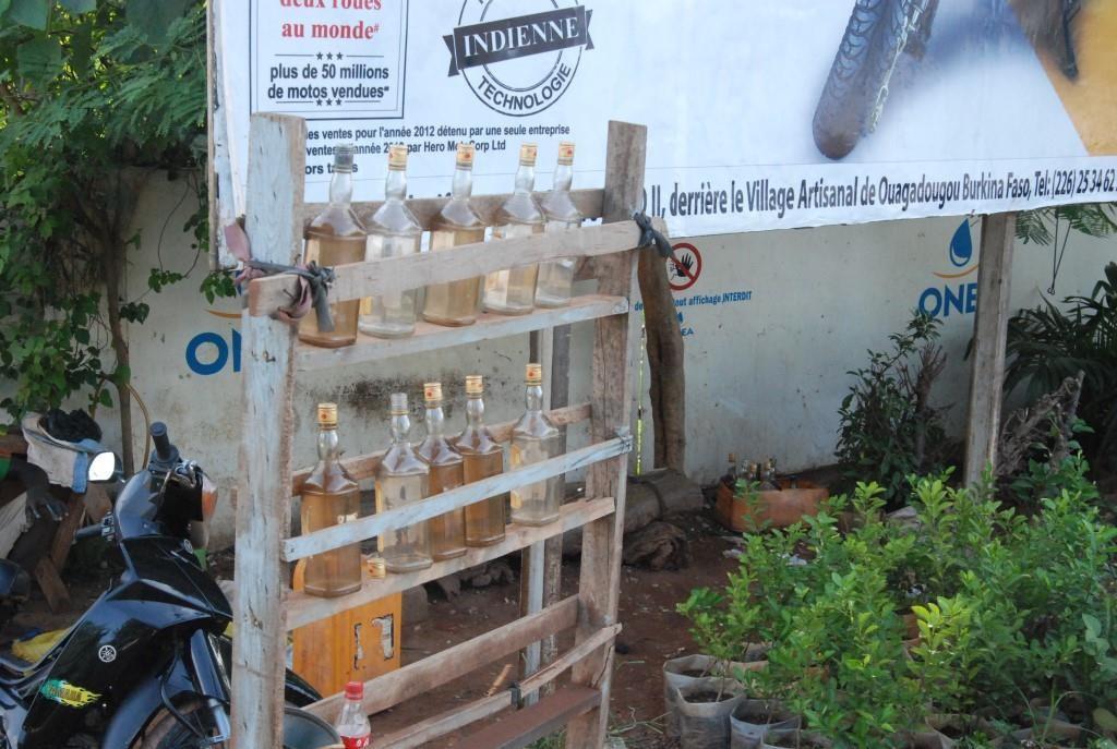Jusqu'au mercredi 23 septembre 2015, seulement les vendeurs d'essence par terre permettaient aux Burkinabè de s'approvisionner