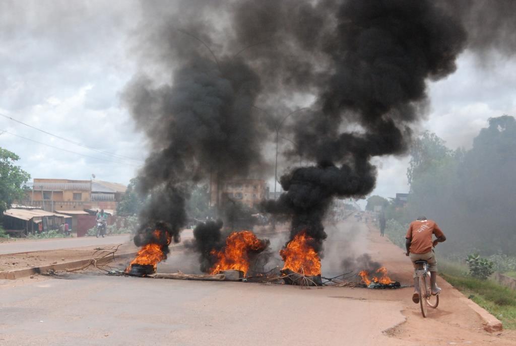 Des voies barrées avec des pneus enflammé au quartier Zone 1