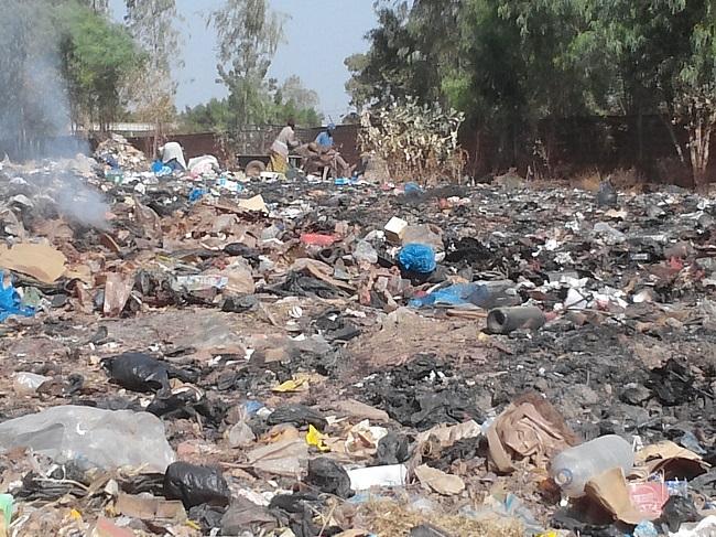 Les compagnies de ramassage d'ordures jettes les déchets à n'importe quel endroit