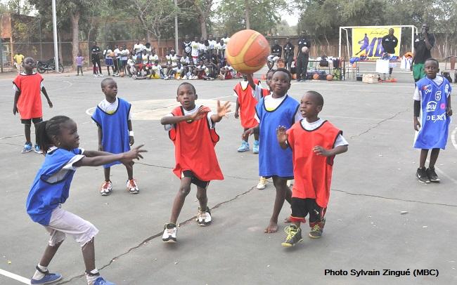 Pour jouer au basketball, les enfants ont besoin de plateaux de jeux dans toutes les villes du Burkina