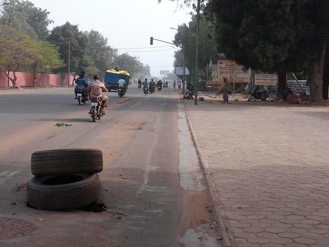 Il faut utiliser des pneus pour cacher des nids de poules à Ouagadougou