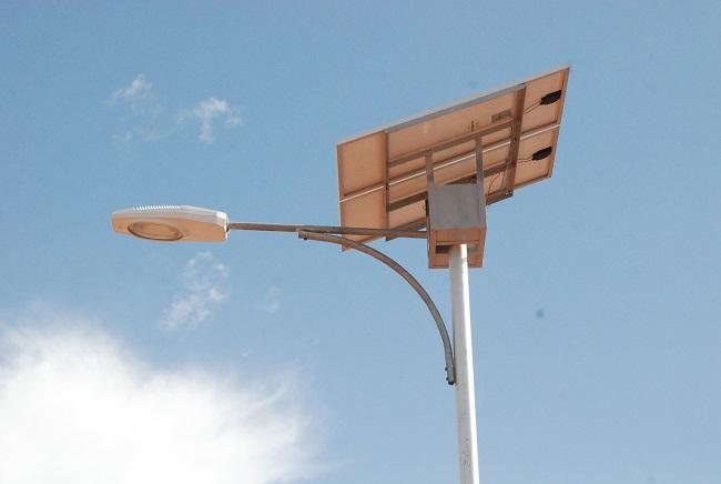 Un lampadaire alimenté par une plaque solaire à Ouagadougou
