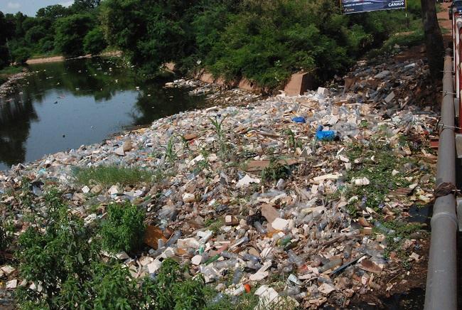 Ce canal à Ouagadougou est bouché par des ordures