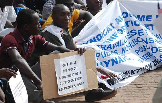 Des agents de la RTB manifestants devant le siège de la télévision nationale du Burkina