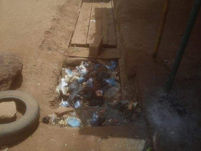 Un caniveau bouché dans un quartier de Ouagadougou