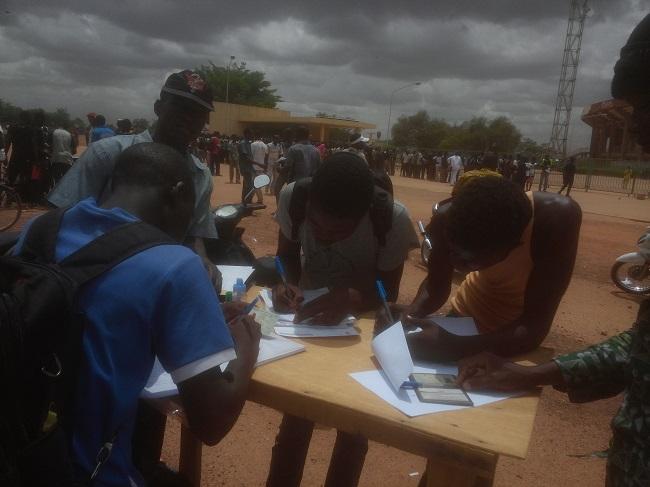 Ces jeunes aident les candidats à remplir leur dossier contre de 200 francs CFA par dossier
