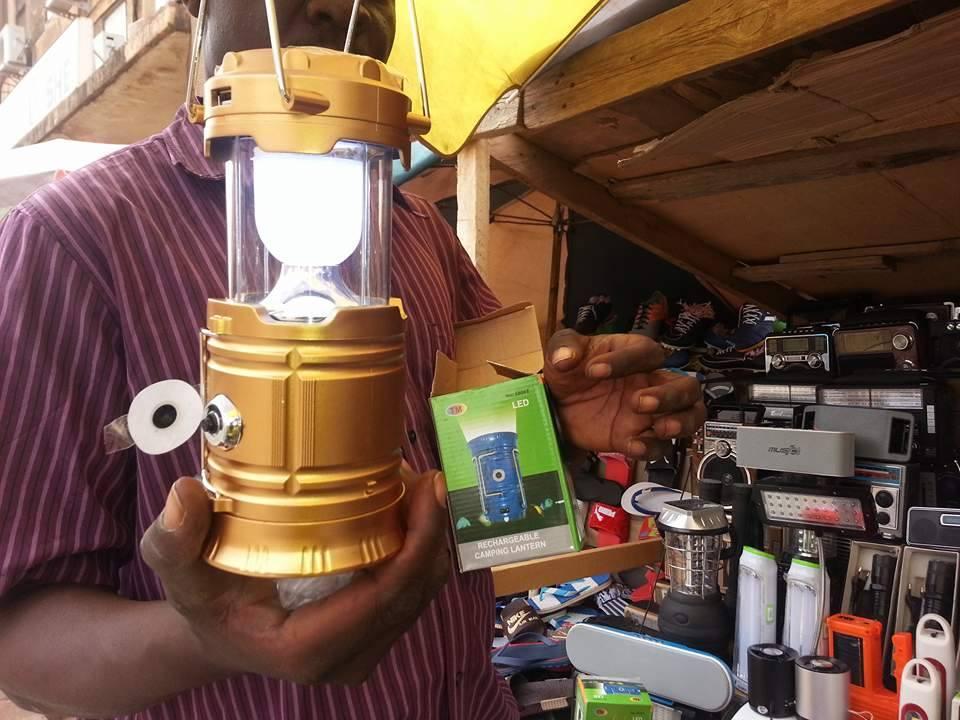 a ouagadougou le march des lampes solaires se d veloppe. Black Bedroom Furniture Sets. Home Design Ideas